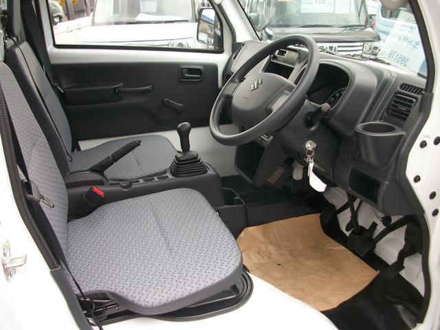 運転席と助手席の足元は広く、ゆったりと使っていただけます!