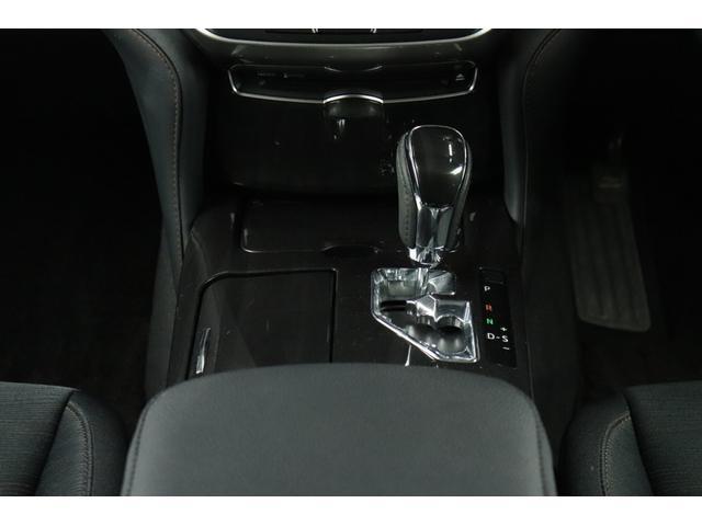 ●黒木目パネルをふんだんに使った高級感溢れるデザイン。運転席から、各種ボタンの操作がしやすいように設計されています。
