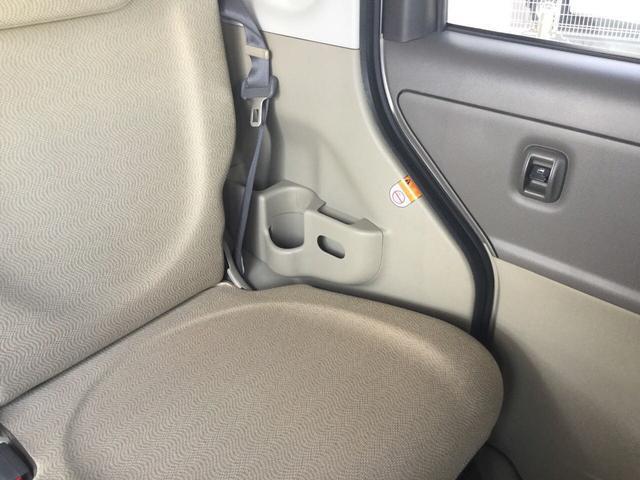 後部座席もしっかり収納スペースございます。
