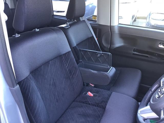 スポーティな雰囲気に仕上げられたブラック内装です!アームレスト付ベンチシートでゆったりとお乗り下さい!