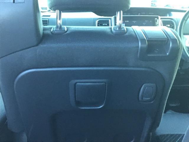 助手席側にはレバーがございます。シートの前後スライドやリクライニングがラクラク操作!