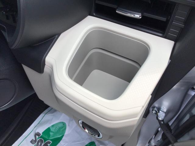 運転席側には固定式のドリンクホルダーが有ります!ドリンクを置かない時は小物置きとしとも活用できます♪