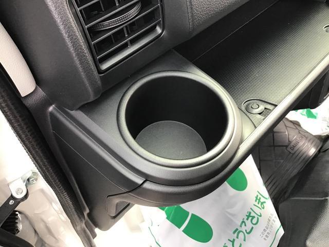 助手席側のドリンクホルダーは固定式です。隣のスペースには小物を置くことも可能です♪