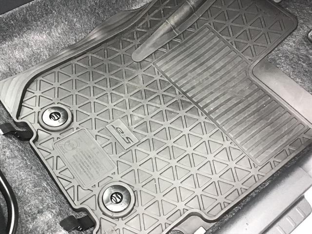 嬉しいラバーマット付のお車です♪汚れた時は水洗い可能です♪