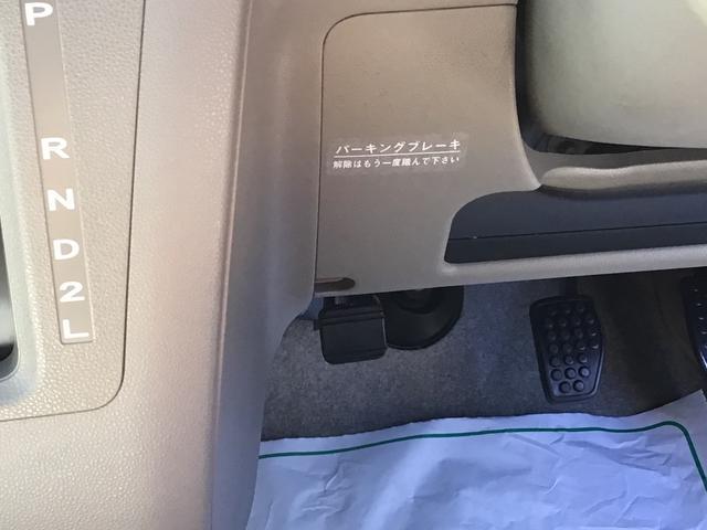 フットブレ-キになります!足元のブレ-キレバ-を踏むと駐車ブレ-キの施錠解除ができます。