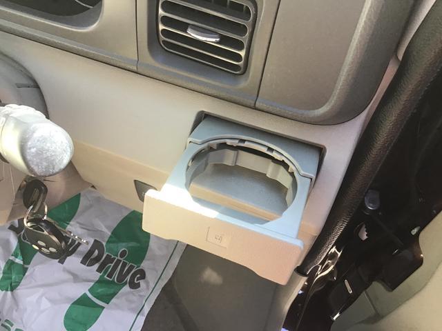運転席側のドリンクホルダーです。エアコンの風が直接あたりますので、快適温度を出来るだけキープします♪ドリンクを置かない時にはすっきり収納可能です♪