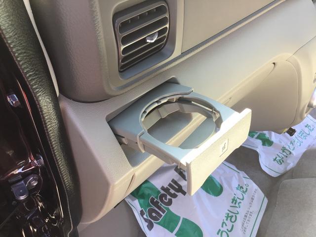 助手席側のドリンクホルダーです。エアコンの風が直接あたりますので、快適温度を出来るだけキープします♪ドリンクを置かない時にはすっきり収納可能です♪