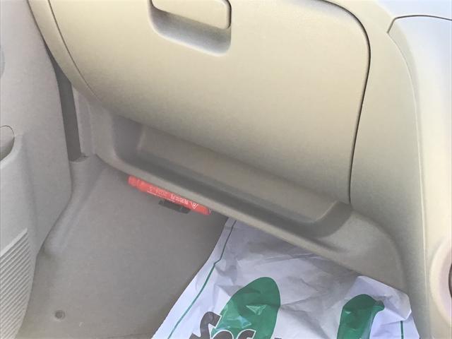 グローブボックス下にも収納をご用意。折り畳み傘やお財布なども置けそうですね♪