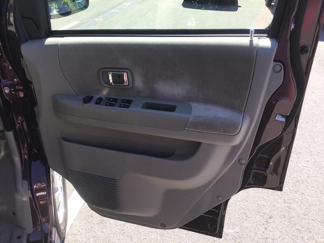 運転席側のドアサイドポケット収納になります。身の回りの小物などを置けるポケット収納になります。(手で届きやすい所にさっと置ける収納装備)
