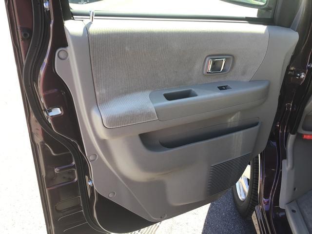 助手席側のドアサイドポケット収納になります。身の回りの小物などを置けるポケット収納になります。(手で届きやすい所にさっと置ける収納装備)