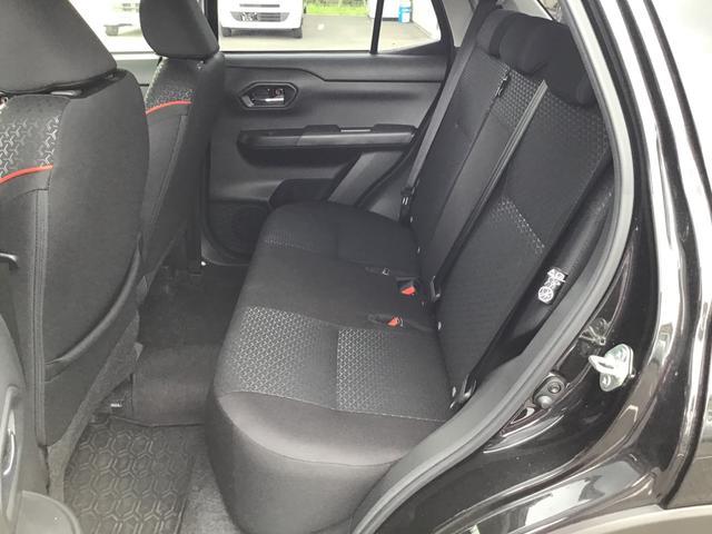 リヤシートはコンパクトカーならではの3人掛け。6:4の分割可倒式になりますので、4名乗車時にも長い荷物や大きな荷物も積みこめますね♪