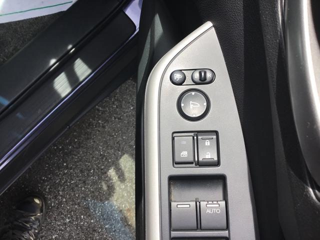 駐車や狭い道のすれ違いに便利な格納式電動ミラ-付き