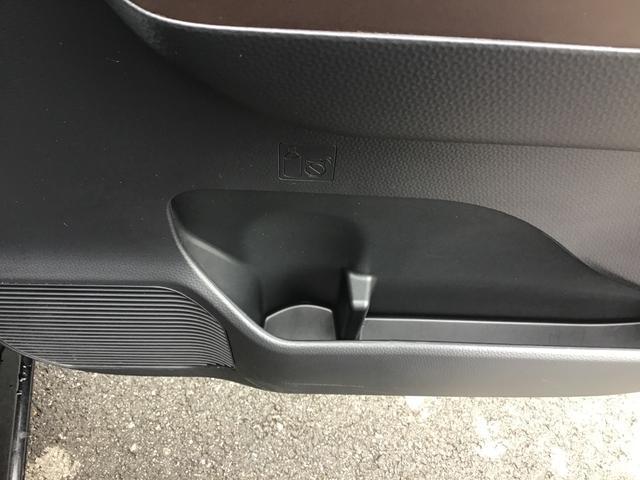 運転席側のドリンクホルダーです。ドリンクを置かない時には、小物入れとしても使えますよ♪