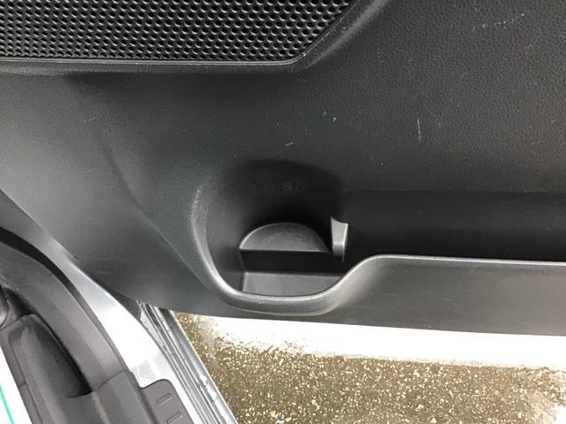 運転席側のドアドリンクホルダーです。ドリンクを置かない時には、小物入れとしても使えますよ♪