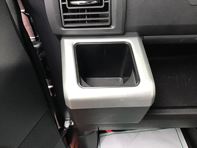 助手席側のドリンクホルダーです。エアコンの風が直接あたりますので、快適温度を出来るだけキープします♪ドリンクを置かない時には、小物入れとしても使えますよ♪