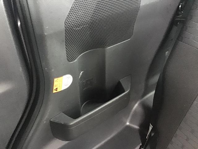 後席用にもドリンクホルダーやちょっとした小物を置けるスペースをご用意♪長時間のドライブでもドリンクの置き場に困りませんね♪