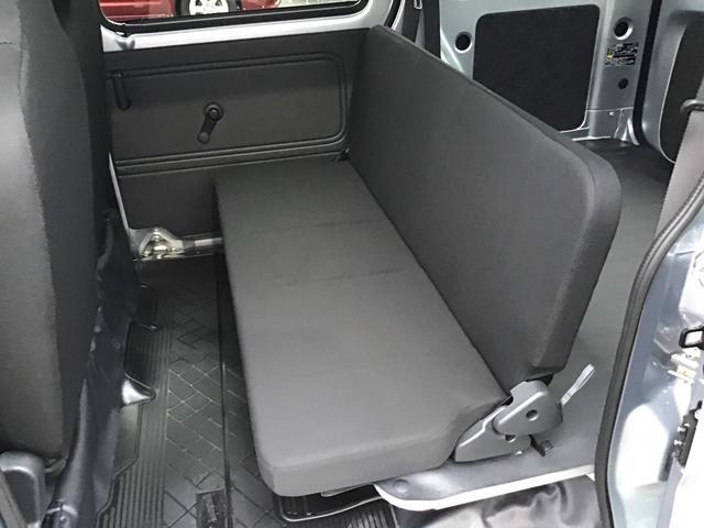 乗員より荷物優先のリヤシートです。折り畳めばフラットな荷室が登場します!