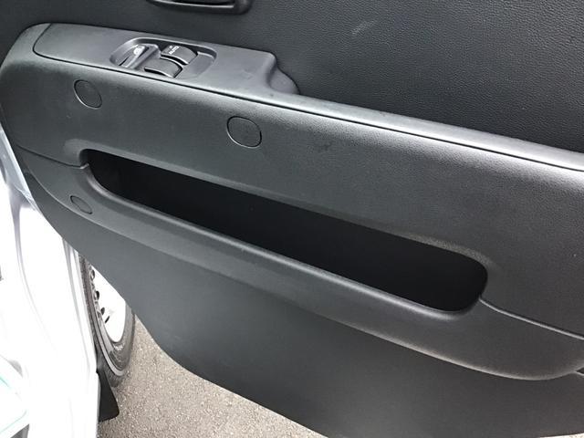 運転席側のドアサイドポケット収納になります。身の回りの小物などを置けるポケット収納になります。