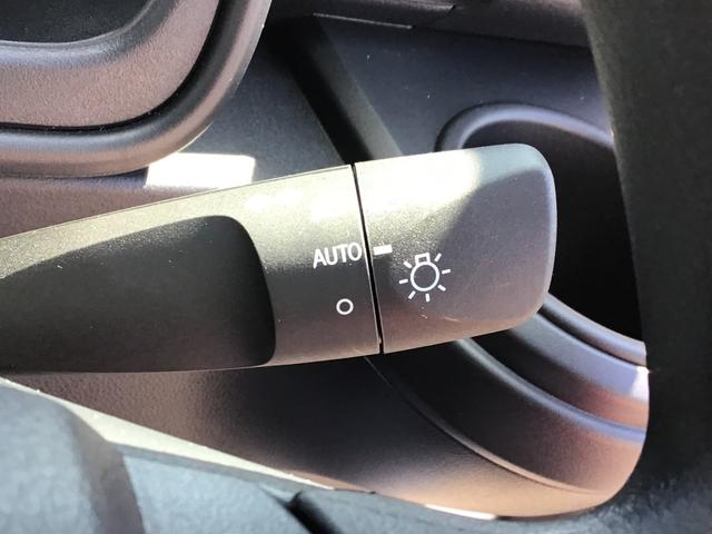 """周囲の明るさに反応してヘッドライトの点灯/消灯を自動で行う""""オートライトシステム""""を装備!付け忘れ&消し忘れも防げますね♪"""
