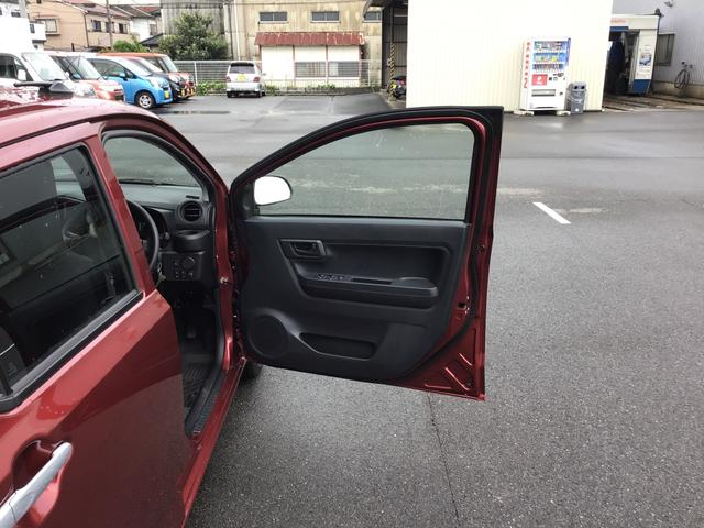 運転席ドアは約90度と大きく開きますので、乗り降りもラクラク♪ドア内側にはペットボトルも収まるドリンクホルダーもご用意!