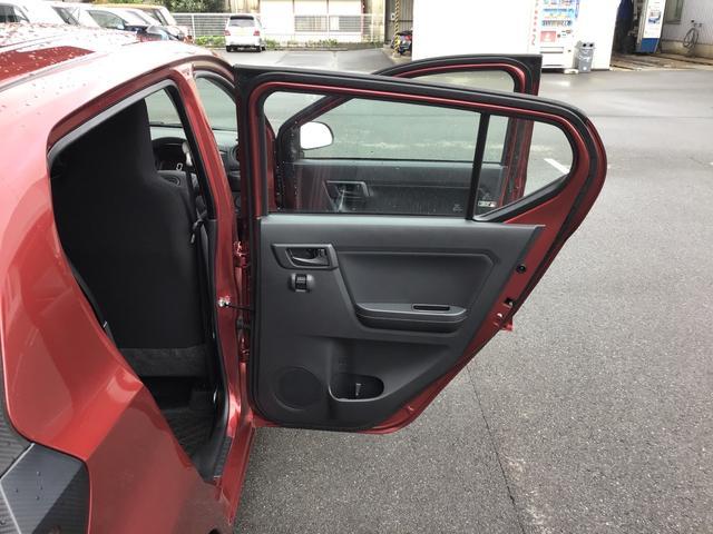後部座席ドアは約90度と大きく開きますので、乗り降りもラクラク♪ドア内側にはペットボトルも収まるドリンクホルダーもご用意!