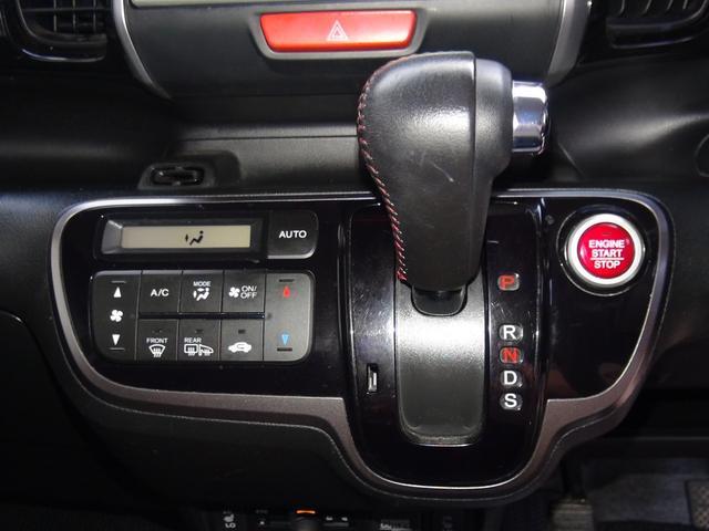 プッシュスタート式のエンジンスイッチにオプションのレッドステッチレザーシフトノブもインストール★エアコンはイオンクラスター内蔵モデルです★