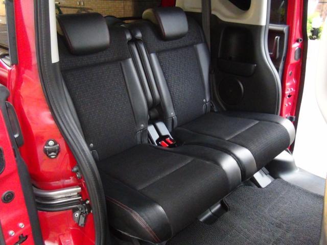 リアシートも広々でオプションのスライド式リクライニングシートが装備されていますので足元が広く快適です★