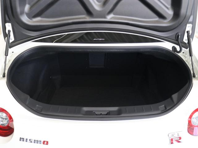 専用カーボンフロントフェンダーは同色ペイントされていますが、ドライカーボン製、フリック付の専用フェンダーにより強力なダウンフォースを追求した空力パーツに換装されています。