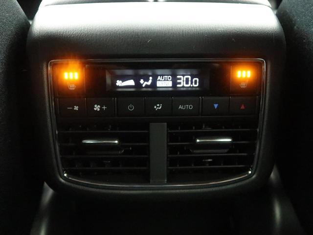 ダブルエアコン装備!!広い車内もの3列目もすぐに温度調節可能です♪後席にもシートヒーターが装備されております♪