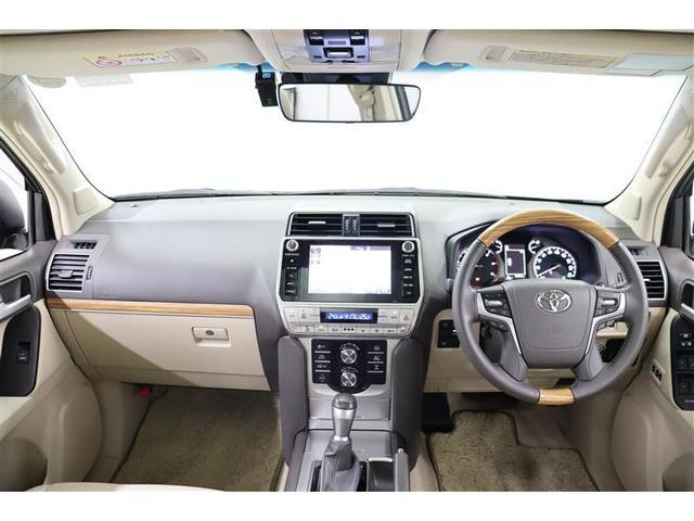 上級SUVに求められる質感の高さ、高級感漂うステアリング廻りです。フロントガラスには熱線が入っており、寒さの厳しい季節に、ガラスが凍り付いてしまった時も安心です。