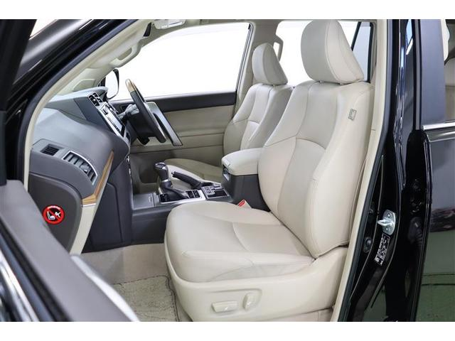 気品と贅沢さを兼ね備えた本革シートです。運転席と助手席には背もたれと座面から爽やかな風が吹き出るシートベンチレーション機能を搭載したパワーシートで、シートヒーター機能もついています。