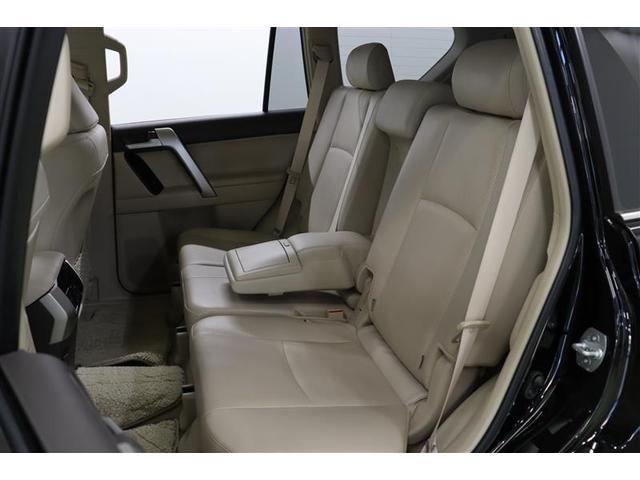 足元も広く、ゆったりと座れる2列目はシートを完全に倒すとかなりフラットな平面になるので、車中泊なども快適に出来ますよ。