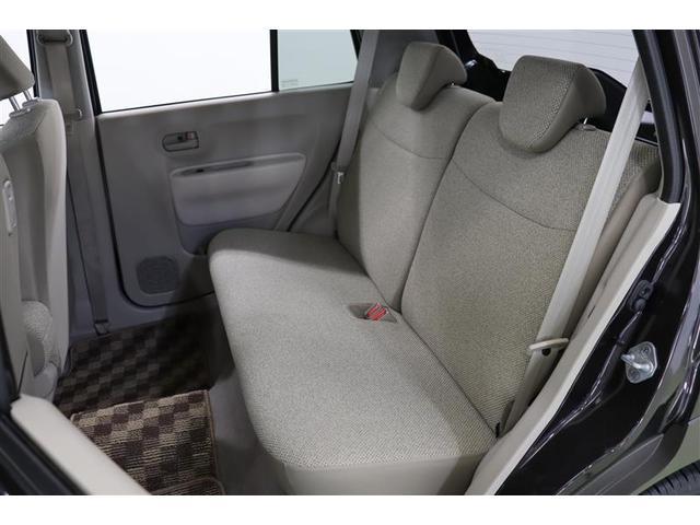後部座席はベンチシートタイプでフラットなデザインですが、座ればクッション性が良く体が沈みしっかりフィットしてくれます。足元も広々としているので、背の高い大人でもラクに座っていられますよ。