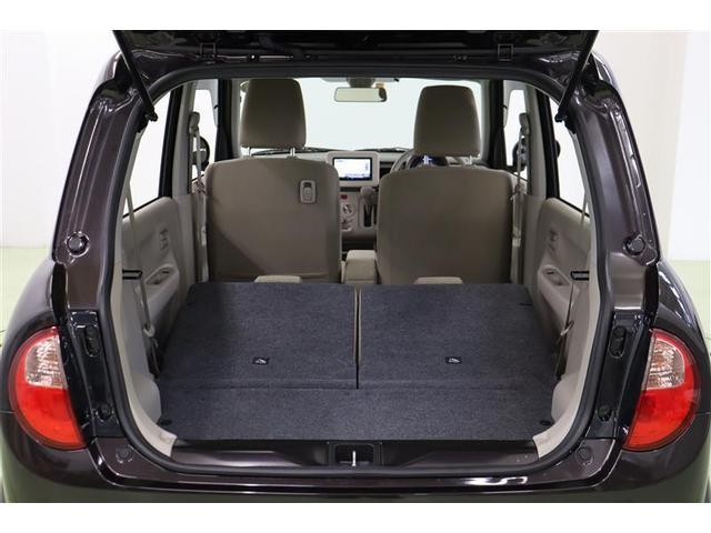 バックドアは開口部が大きく、横幅が広いので荷物の出し入れがしやすいですよ。後部座席をパタンと畳めば大きな荷物もしっかり載せられます。