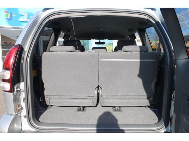 サードシートを跳ね上げれば広い荷室を確保できます!