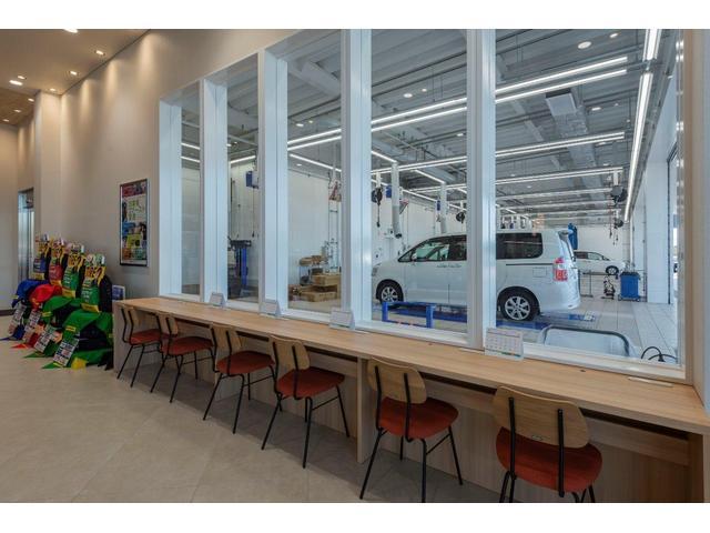 愛車のオイル交換や点検等の整備作業も安心してお待ちいただけるカウンター席もご用意しております♪