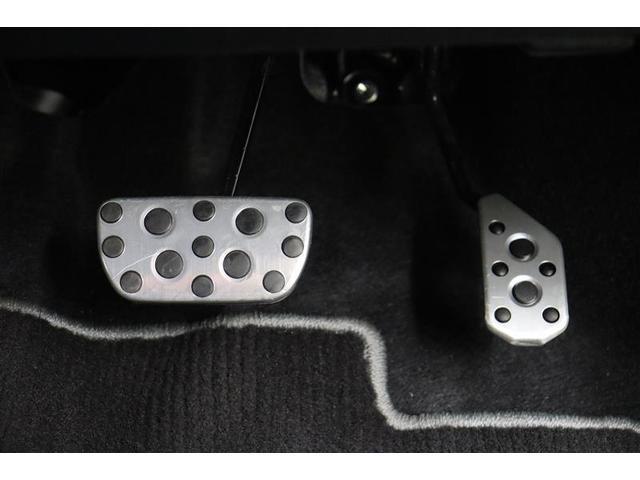 スポーティさを際立たせるアルミ製ペダルです。アクセルペダルやブレーキペダルを踏みこむ爽快感を大いに与えてくれます。