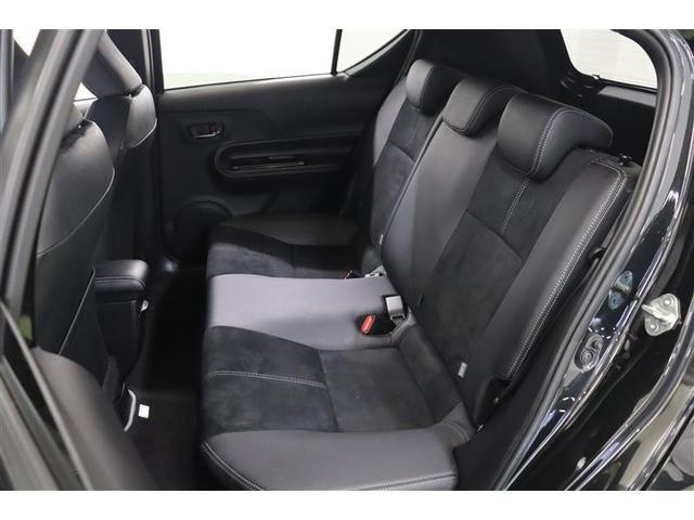 後部座席も広く、奥行きのある座席は身長が高い方でも快適に過ごせますよ。6:4分割シートですので使う分だけ倒せます!