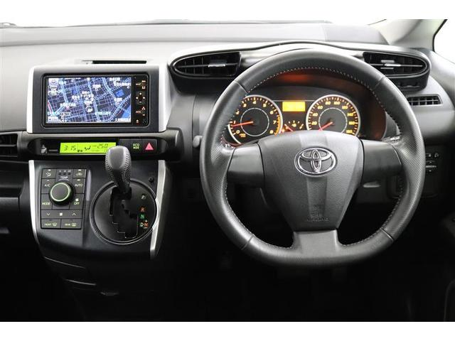 シンプルなデザインの運転席。インパネシフトなので移動が少なく、安全性の向上にもなっているんですよ。