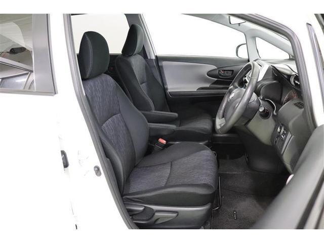 運転席はモノトーンなカラーですっきりとしています。 体にフィットしてくれるシートなので、疲労軽減にも貢献してくれます。