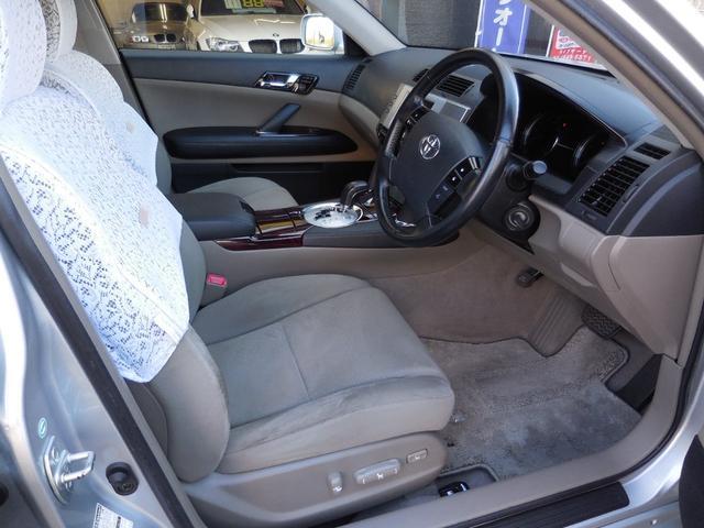 運転席はパワーシートでございますので細かな調整もしていただけます。