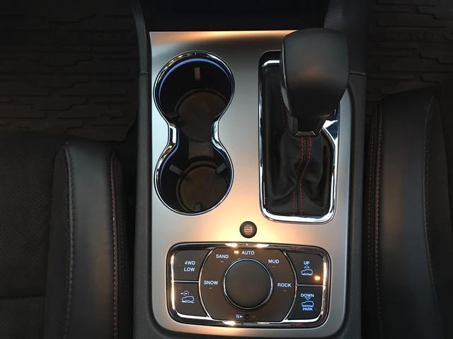 トレイルホーク 100台限定生産 特別仕様車 ガラスコーティング施工済み ワンオーナー 禁煙車 純正アルパイン製プレミアムサウンドシステム ボンネットデカール レザーシート 純正ナビ ETC エアサスペンション(26枚目)