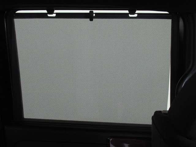 ★サンシェード装備車★ 後席のドアガラスには、いやな日差しを軽減するサンシェードを装備。