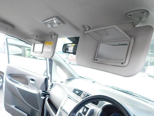 前席のグローブBOXが2段あり収納に便利です!