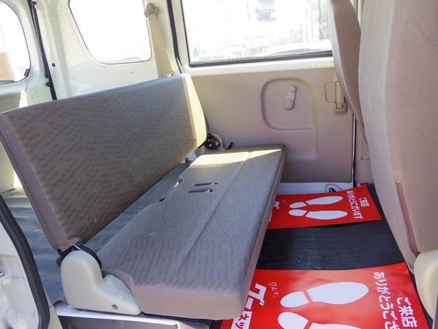 後部座席側シート 使用感少なく綺麗な状態です シートの破れ汚れございません 足元へ収納可能 広くお使い頂けます