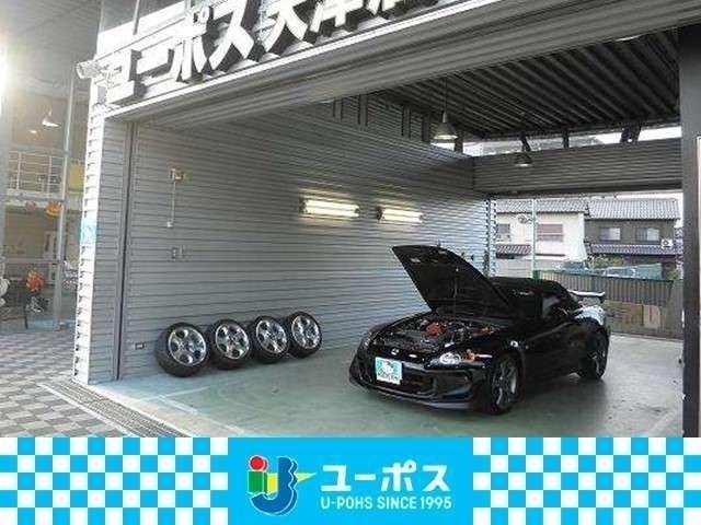 ガレージの写真です。大型ガレージ完備の店舗ですので全天候型です。暗い夜でもバッチリ査定できますよ!!