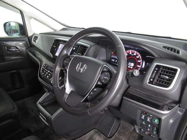 良好な視界とスムーズな乗り降りを実現した運転席。運転席は最適なアイポイントで視界良好です。体格に合わせてシートの位置をきめ細かく調節できるので、いつでも快適な運転姿勢をキープ。操作も軽くラクラクです!