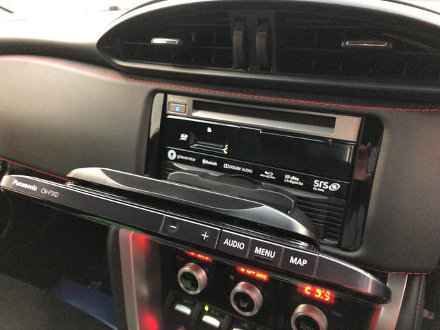 CD、SDカード入ります。ダッシュボード内にはUSB差せます