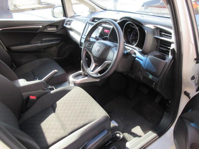 運転席も助手席もゆったり座れます。