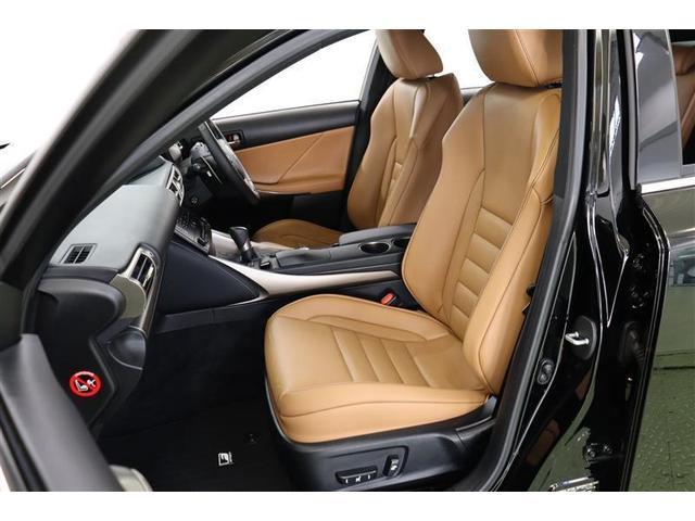 高級感のある本革シートです。運転席と助手席は、寒い時期にじんわりと身体を温めてくれるヒーター機能付きのパワーシートです。背もたれと座面から爽やかな風が吹き出るベンチレーション機能も搭載しています。